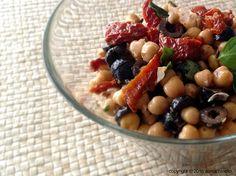 Insalata di ceci, pomodori secchi e olive. Con olio evo, basilico, origano, sale e pepe. http://www.oggivegetariano.it/insalata-di-ceci-olive-nere-e-pomodori-secchi-sottolio/