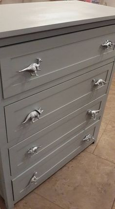 Dinosaur Drawer pulls--spray paint plastic dinosaurs and screw on to dresser!such a cute idea! - Koray Eroğlu - - Dinosaur Drawer pulls--spray paint plastic dinosaurs and screw on to dresser!such a cute idea! Spray Paint Plastic, Painting Plastic, Diy Painting, Casa Kids, Dinosaur Nursery, Boys Dinosaur Room, Dinosaur Toys, Dinosaur Bedroom Decor, Dinosaur Prints