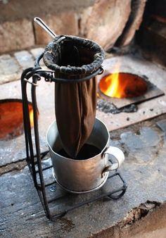 colando café