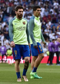 Barcelona's Argentinian forward Lionel Messi (L) and Barcelona's Uruguayan forward Luis Suarez walk on the field before the Spanish league football match Real Madrid CF vs FC Barcelona at the Santiago Bernabeu stadium in Madrid on April 23, 2017. / AFP PHOTO / GERARD JULIEN