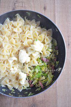 Pasta con Cavoletti di Bruxelles, salame e brie in preparazione http://www.tavolartegusto.it/2013/01/30/pasta-con-cavolini-di-bruxelles-salame-e-brie/