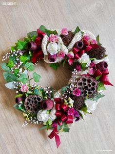 Srdce na pověšení doplněné červenými prizdobami a umělými listy Floral Wreath, Wreaths, Design, Home Decor, Floral Crown, Decoration Home, Door Wreaths, Room Decor