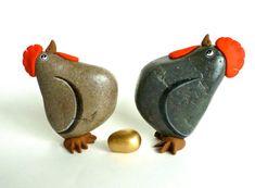 Articles similaires à Rêve devenu réalité. 2 poules aux oeufs d'or. L'Art rupestre, Art, peint les rochers de galets. sur Etsy