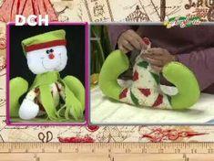 Pascuero con Tarjetero en pañolenci y polar, paso a paso - Yasna Pino - Casa Puchinni - YouTube Primitive Doll Patterns, Christmas Crafts, Christmas Ornaments, Door Stopper, North Pole, Yoshi, Snowman, Patches, Dolls