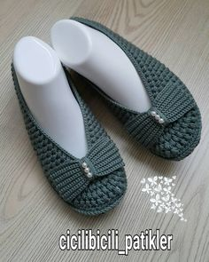 This Pin was discovered by İlk Crochet Men, Crochet Shirt, Love Crochet, Crochet Hats, Crochet Slipper Pattern, Crochet Slippers, Crochet Patterns, Sock Shoes, Cute Shoes