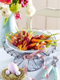 Osterbrunch: 20 Rezepte zum Osterfest On Easter morning we enjoy sweet and savory recipes and invite Easter Brunch, Easter Party, Pudding Desserts, Dessert Recipes, Party Buffet, Brunch Buffet, Food Humor, Easter Recipes, Food Inspiration