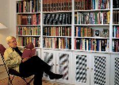 Den bedste måde at få reolplads under en skråvæg på er, hvis du selv bygger reolen. Det er en optimal måde at udnytte pladsen på, og det kan gøres til en overkommelig pris. Bookcase, Mad, Shelves, Home Decor, Shelving, Decoration Home, Room Decor, Book Shelves, Shelving Units