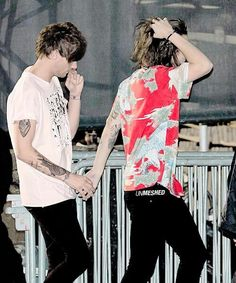 Find images and videos about one direction, louis tomlinson and Harry Styles on We Heart It - the app to get lost in what you love. Larry Stylinson, Fanfic Harry Styles, Harry Edward Styles, Foto One, Foto Real, Larry Shippers, Louis And Harry, One Direction Pictures, 1d And 5sos