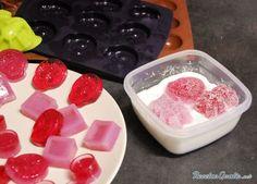 Aprende a preparar pastillas de goma caseras  con esta rica y fácil receta.  ¿Quieres hacer golosinas caseras? pues las más fáciles son las gominolas caseras, así qu...