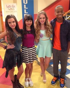Bella and the bulldogs Dresses For Tweens, Outfits For Teens, Cute Outfits, Movie Outfits, Teens Clothes, Bella And The Bulldogs, Nickelodeon Shows, Football Girls, Sofia Carson