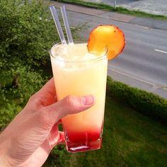 Fuzzy Flamingo Drink - Recept på goda drinkar - Drinkoteket Refreshing Drinks, Summer Drinks, Cocktail Drinks, Cold Drinks, Beverages, Cocktails, Deli, Glass Of Milk, Smoothies