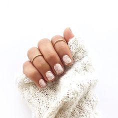 We are obsessed with marble!! With a mani like this aren't you in love too?! // El efecto mármol es una de la tendencias más fuertes del momento! Espera en el post que sigue una receta sencilla para hacer que tus manos se vean muy trendy y femeninas a la misma vez!! #toystyle #nails #nailpolish #mani #marble #marblemani #touchofpink #wolvesmelody