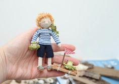 Garçon de nautiques collectable poupée miniature. par FancyKnittles