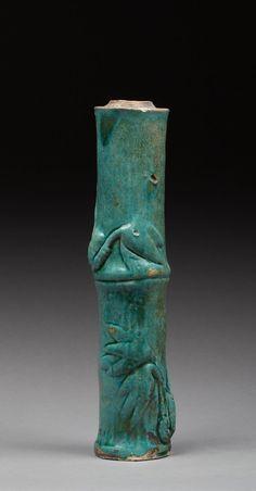Tube en terre cuite vernissée turquoise et verte en forme de bambou. Eclats sur la partie haute. Sing, Chine, XIX ème siècle. 33x7,5cm.  #Sing #China #ChineseArt #AsianArt #Terracotta #ArtChinois #ArtAsiatique