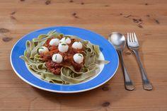 fun food kids eyeball pasta augäpfel augen nudeln spinatnudeln green tomato sauce tomatensauce basilikum basil mozzarella helloween spooky gruselig monster horror eyes of the beholder Sinja78