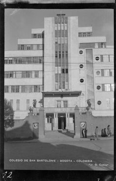 Colegio de San Bartolomé (Bogotá, Colombia). Foto 4 | banrepcultural.org Multi Story Building, Men's Fashion, Photo Wall, Art Deco, Architecture, City, Vintage, Architecture Colleges, Bogota Colombia