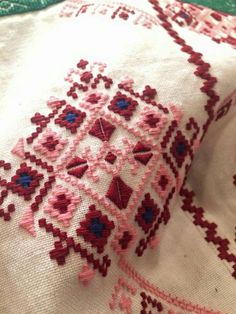 Embroidery Patterns, Hand Embroidery, Bargello, Bed Sheets, Projects To Try, Cross Stitch, Throw Pillows, Quilts, Blanket