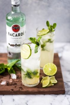 mint drink This Classic Mojito Recipe is one of the most refreshing cocktails you'll ever have! Made with white rum, lime juice and fresh mint leaves, this easy drink is a definite crowd pl Refreshing Cocktails, Summer Cocktails, Fun Drinks, Alcoholic Drinks With Mint, Classic Cocktails, Bacardi Drinks, Beverages, Popular Cocktails, Drinks Alcohol Recipes