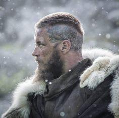 "le-guerrier-silencieux: ""Ragnar's tattoos "" Ragnar Lothbrok Haircut, Ragnar Lothbrook, Ragnar Lothbrok Vikings, Lagertha, Corte Viking, Viking Haircut, Viking Pictures, Celtic Hair, Viking Character"