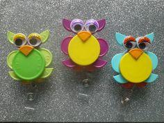Owl ID Badge holders made with flip cap medicine vial tops. Bottle Cap Projects, Bottle Cap Crafts, Bottle Caps, Bottle Top Art, Nurse Crafts, Id Badge Holders, Badge Reel, Work Badge, Retractable Id Badge Holder