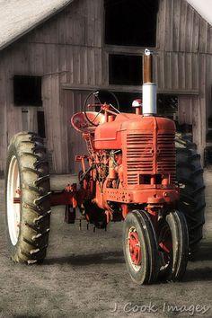 Antique Tractor (South Carolina) CANON EOS-6D                                                                                                                                                                                 More