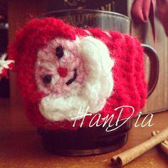Hainuta cana de Crăciun. Sa ne delectam cu un vin fiert sau o cana de ceai #vin #vinfiert #wine #mug #cana #hainuta #handiamade #handmade #handia #tricot #knit #craciun #christmas