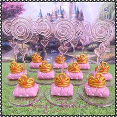 Porta recados Coroa em almofada rosa, no tema Princesas. <br> <br>Produto sob encomenda. Valor unitário. <br>Material: biscuit; base acrílica redonda; espiral plástica. <br>Altura aproximada: 4cm + espiral (9cm no total). <br> <br>Antes de encomendar, não esqueça de conferir as políticas da loja (http://www.elo7.com.br/patysbiscuit/politicas ), e de entrar em contato para consultar disponibilidade na agenda!