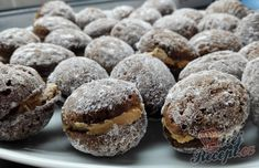 Plněné kakaové oříšky s karamelovým krémem | NejRecept.cz Biscotti, Sweet Tooth, Deserts, Food And Drink, Easy Meals, Cooking Recipes, Sweets, Bread, Cookies
