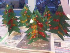 Beeldende vorming: 3D-kerstbomen maken en versieren met plaksels en glitters! :)