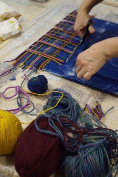 felt with yarn Felted Wool Crafts, Felt Crafts, Nuno Felting, Needle Felting, Beginner Felting, Felt Purse, Felted Slippers, Felting Tutorials, Fabric Bags