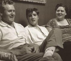 Gladys, Vernon and Elvis Presley at their home on 1034 Audubon Drive, Memphis, TN, May Lisa Marie Presley, Priscilla Presley, Elvis Presley Biography, Elvis Presley Family, Elvis Presley Photos, Graceland Elvis, Eric Bana, Mississippi, Tennessee