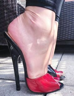 Sexy Legs And Heels, Hot Heels, Sexy High Heels, Striped Playsuit, Barefoot Girls, Red Pumps, Gorgeous Feet, Shoe Boots, Shoes