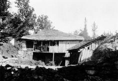 Casa con escaleira exterior e corredor, de Ferreiros, Baralla. Arquivo Ebeling nº 60.