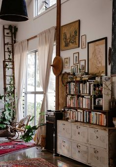 vintage goods and loads of warmth and personality Plywood Furniture, Modern Furniture, Furniture Design, Dream Apartment, Bohemian Apartment, Vintage Apartment, Living Spaces, Living Room, Cozy Living