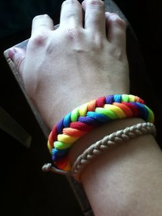THINGS I REALLY WANT TO KNOW HOW TO DO: Rainbow fishtail paracord bracelet