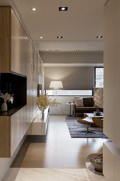Sala com marcenaria quase elemento escultural preenchendo a parede, trazendo forma e função para a Sala de Estar