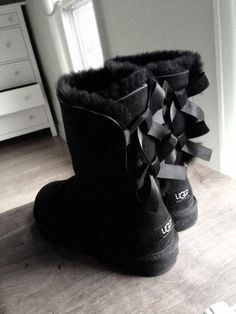 UGG Boots Outfit UGG Australia Classic Fashion trends Haute couture Style tips Celebrity style Fashion designers Casual Outfits Street Styles Women's fashion Runway fashion Ugg Snow Boots, Winter Boots, Ugg Boots With Bows, Warm Boots, Milan Fashion Weeks, New York Fashion, Runway Fashion, Cute Shoes, Outfits
