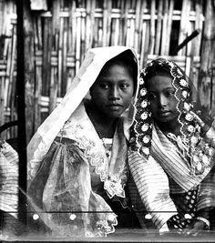 Two young Filipinas ready for Holy Mass, Philippines People, Philippines Culture, Old Photos, Vintage Photos, Filipiniana Dress, Filipino Fashion, Baybayin, Filipino Culture, Filipina Beauty