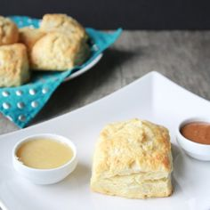 Easy biscuits with a maple syrup glaze ans sea salt sprinkled on top, and maple butter to finish. A perfect addition to your morning!