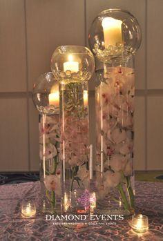 Utilizar centros de mesas con velas es una estupenda idea, pues esto además de lucir hermoso, puede ser bastante funcional por el simple hecho del plus de la iluminación que te brinda la luz natural de una vela