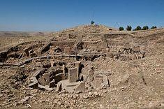 Göbekli Tepe. Göbekli Tepe (Navelberg) is een bergheiligdom dat met een ouderdom van circa 11.500 jaar het oudst bekende tempelcomplex ter wereld is. Het is gebouwd rond het begin van het Neolithicum en staat op het hoogste punt van een langgerekte bergketen ongeveer 13 km ten noordoosten van Şanlıurfa, een stad in het zuiden van Turkije.