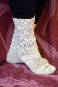 KARDEMUMMAN TALO: Kaapeli AnniKaiselta Baby Hats Knitting, Knitting Socks, Knitted Hats, Knitting Ideas, Crochet Socks, Knit Crochet, Winter Socks, Wool Socks, Boot Cuffs