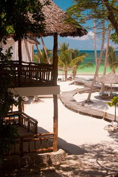 Diani Beach resort on the Indian Ocean, Kenya (by RadioGastronomy).
