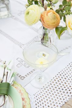 Champagne with floating edible flowers! Champagne Saucers, Vintage Crockery, Floating Flowers, Edible Flowers, Rustic Furniture, Spring Wedding, Amazing Cakes, Delicate, Bloom