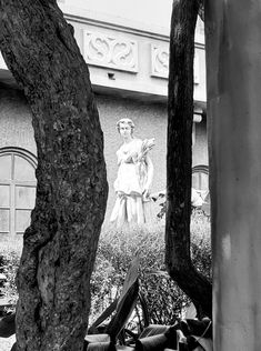 The grounds of the Hollywood Tower Hotel are so delightfully decayed. Hollywood Tower Hotel, Tower Of Terror, Photos Of The Week, Heart, Disney, Hearts, Disney Art