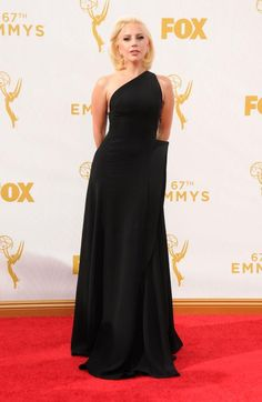 Lady Gagas Föhnfrisur war problematisch. Aber nicht so problematisch wie das Kleid von Heidi Klum. Unsere Modekritik zur Emmy-Verleihung: