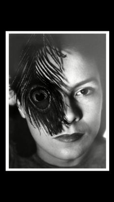 Gyorgy Kepes - Juliet Kepes with peacock feather, 1939  - Gelatin silver print - 17,8 x 12,7 cm