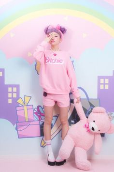 Garota Japonesa e urso de pelúcia rosa