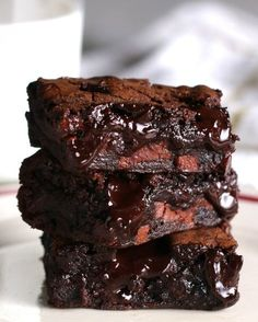 """The Best Fudgy Brownies Ever"" Link ricetta --> https://www.buzzfeed.com/alvinzhou/these-brownies-have-literally-taken-over-the-dessert-game?utm_term=.bc5PQrAJl#.sijG39ZNj"