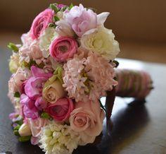 tavaszi menyasszonyi csokor Wedding Decorations, Table Decorations, Glass Panels, Big Day, Bouquets, Stained Glass, Bouquet, Bouquet Of Flowers, Wedding Decor